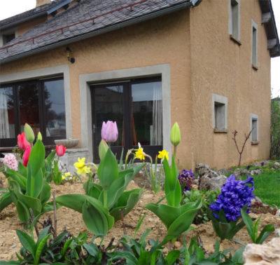 Gîtes et parterre de fleurs